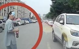 Lăn đùng ra trước đầu xe định ăn vạ, người phụ nữ chưng hửng, ngơ ngác vì phản ứng của lái xe
