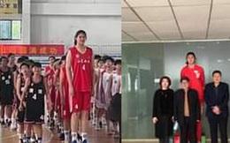 Bé gái 14 tuổi đã cao 2m26, ra sân bóng rổ to gấp rưỡi đối thủ khiến đội bạn chưa chơi đã biết thua