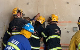 Giải cứu thành công người phụ nữ khỏa thân bị mắc kẹt giữa hai tòa nhà