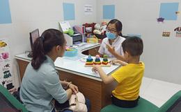 """Bố mẹ """"bỏ lơ"""" con khi ở nhà tránh dịch COVID-19: Cảnh báo nguy cơ rối loạn tâm lý ở trẻ"""