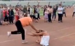 """Mặc váy """"trên hở dưới ngắn"""" nhảy nhót nơi công cộng, cô gái bị xông vào đánh chửi, chỉ duy nhất 1 người dám can ngăn"""