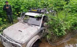 Thấy chiếc ô tô mắc kẹt trong bùn, đến gần nhóm người phát hiện đôi nam nữ với cảnh tượng khó ngờ bên trong