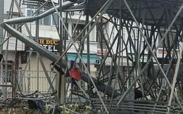 Biển quảng cáo nặng nhiều tấn bị gió quật ngã trong mưa lớn ở Sài Gòn