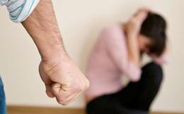 Đi công tác về nghe thấy tiếng khóc trong phòng ngủ, chồng mở cửa rồi lao vào đánh vợ vì bắt gặp cảnh tượng không ngờ tới