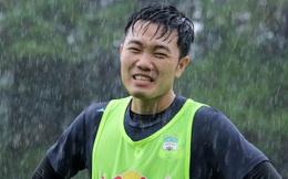 Xuân Trường híp mắt trong mưa, HAGL rèn quân dưới thời tiết khắc nghiệt chờ V.League trở lại