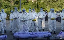 COVID-19 ở 'quốc gia siêu lây nhiễm': Số ca mắc tăng 100 lần, lời kể ám ảnh của người vận chuyển thi thể