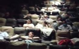Rạp chiếu phim quyết định mở cửa, cứu giúp hàng nghìn người đang rét run vì mắc kẹt trong mưa lũ tại Trung Quốc