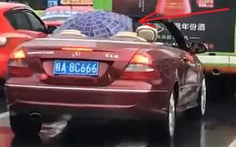"""Ngồi xe mui trần đắt tiền, người đàn ông có cách """"trú mưa"""" đặc biệt, dân tình cười bò còn cảnh sát ráo riết truy tìm"""
