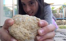 Trượt tay đánh rơi viên đá nhặt từ bờ biển, cô bé ngỡ ngàng chứng kiến điều kỳ diệu!