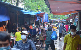 Ảnh: Từ sáng sớm, các khu chợ ở Hà Nội đã đông nghẹt người mua hàng