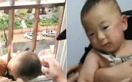 Clip: Em bé kẹt đầu vào song sắt ban công đu đưa trên cao hàng chục mét, đội cứu hộ nín thở thận trọng giải cứu