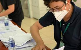 """Những công việc """"không tên"""" khổng lồ ở bệnh viện dã chiến TP HCM"""