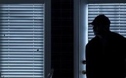 Chồng thấy bóng đen lướt qua, tưởng trộm liền tóm gọn, ngờ đâu làm lộ luôn bí mật xấu hổ của vợ