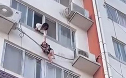 Lao đến cửa sổ sau tiếng tri hô, mẹ tuyệt vọng kêu cứu khi thấy con trong cảnh ngàn cân treo sợi tóc