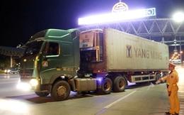 Đối tượng truy nã bám dưới gầm xe container để di chuyển từ vùng dịch về quê