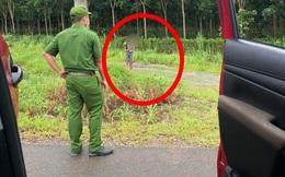 Hai chị em lúi húi bên đường, chiến sĩ công an tiến đến hỏi thì biết được lý do khiến người ta thương cảm