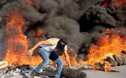 24h qua ảnh: Người Palestine đốt lốp xe khi đụng độ với binh sĩ Israel