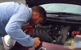 Ô tô đột nhiên có vấn đề, người đàn ông soi đèn kiểm tra rồi nhũn cả chân tay khi thấy cảnh tượng bên trong
