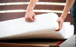 Dọn giường phát hiện thấy chiếc đệm trong nhà trọ có vấn đề, lật lên kiểm tra, đôi tình nhân trẻ choáng váng khi thấy những thứ ở bên trong