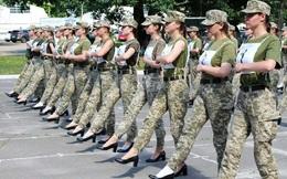 Nữ quân nhân Ukraine đi giày cao gót tập diễu binh gây tranh cãi
