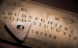 Bí ẩn xoay quanh trò chơi Ouija và vụ án mạng cầu cơ