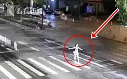 Bị chồng mắng vì say xỉn, người phụ nữ lao ra ngoài làm 1 việc khiến cho người đi đường ai cũng khiếp sợ