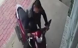 CLIP: Trộm xe ngay trước mắt khổ chủ