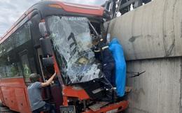 Xe khách đâm vào thành cầu trên đèo,lái xe mắc kẹt trong ca bin