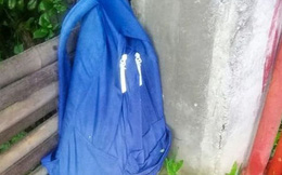 Thấy balo lạ treo trên hàng rào nhà mình, người phụ nữ sốc nặng vì cảnh tượng đau lòng bên trong