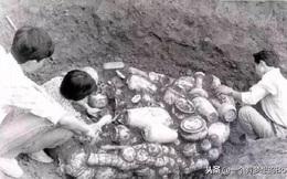 Đào huyệt chôn chồng vừa qua đời, người phụ nữ tìm thấy 'kho báu khổng lồ': Hôm sau, một đoàn người kéo đến!