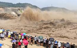 24h qua ảnh: Người dân Trung Quốc tập trung xem đập thủy điện xả lũ