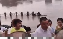 Cứu đứa trẻ đuối nước, người đàn ông bị đám đông vây chặt khi lên bờ