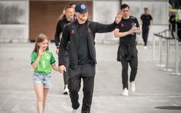 """Fan """"nhuộm đỏ"""" 2 bên đường, đón những người hùng Euro của tuyển Đan Mạch về nước"""