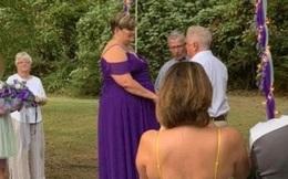 Chi 7 triệu đặt chiếc bánh cưới con công, cô dâu sốc lên sốc xuống khi nhận hàng