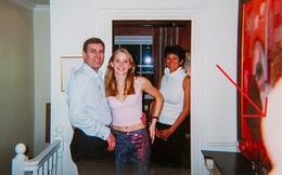 Vụ Hoàng tử Anh Andrew bị kiện lạm dụng tình dục cô gái 17 tuổi: Xuất hiện ngón tay lạ ở bức ảnh chưa bị cắt cúp
