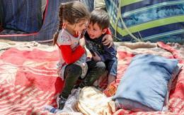 24h qua ảnh: Bé gái Afghanistan dỗ em trai nhỏ trong trại tị nạn