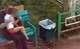 Nghe tiếng trẻ con la hét, người phụ nữ nhìn ra cửa sổ chứng kiến cảnh tượng ngang trái liền báo cảnh sát