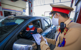 """Ngày đầu quét mã QR để qua chốt kiểm dịch ở Hà Nội, một số người bỡ ngỡ tỏ vẻ """"cáu gắt"""""""