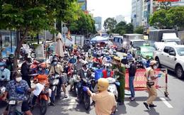 """TP.HCM: Hàng trăm xe máy bị ùn ứ vì khai báo """"di biến động dân cư"""""""
