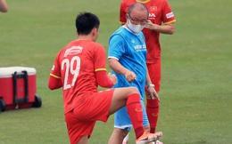 HLV Park Hang-seo cực nghiêm, xuống sân nhắc nhở buổi tập của tuyển Việt Nam