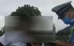 Thấy ô tô đỗ ngay dưới hầm cao tốc, cảnh sát đến kiểm tra thì hoảng hốt vì cảnh tượng bên trong