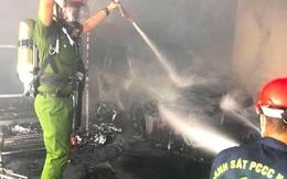 Cột điện bên đường bất ngờ bốc cháy, lan vào nhà dân thiêu rụi luôn cả chiếc xe ô tô