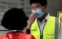 Clip: Người phụ nữ hung hãn tát nhân viên kiểm dịch ngã nhào, lý do khiến dân mạng phẫn nộ