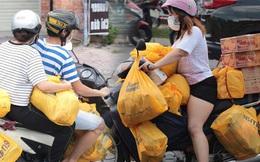 Ảnh: Nhà đông người, nhiều gia đình ở Sài Gòn chất hàng đầy xe để chở về, một buổi sáng đi siêu thị hết gần 10 triệu đồng