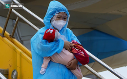 """Xúc động chuyến bay đặc biệt, hàng trăm bà bầu và """"mẹ bỉm sữa"""" rời tâm dịch TP.HCM về quê"""