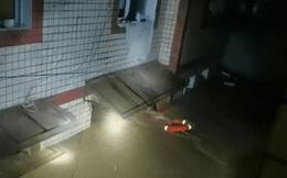Nước lũ dâng cao sắp nhấn chìm cả ngôi nhà, gia đình 4 người đều được giải cứu, đáng chú ý là nhờ vào 1 vật dụng không ngờ tới
