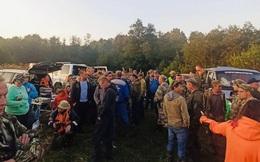 Lần theo tiếng động lạ, đội cứu hộ tìm thấy kì tích giữa khu rừng đầy thú dữ, nhiều người không cầm được nước mắt