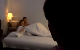 Gọi cửa nhưng vợ quyết không cho vào, đoán vợ giấu tình nhân ở trong, người chồng thản nhiên làm ra 1 việc không ai ngờ tới
