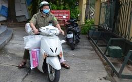 Dân phòng, tổ trưởng dân phố đi phát thực phẩm cho lao động nghèo, sinh viên khó khăn