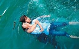 Không may đuối nước được 1 thanh niên cứu sống, câu nói đầu tiên của cô gái sau khi tỉnh dậy khiến đám đông xôn xao